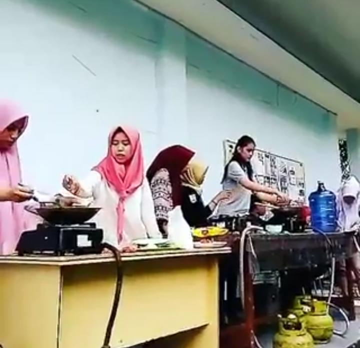 "Himpunan Mahasiswa Ekonomi Pembangunan (HIMEP) Let's join with us ""Himep Families"""